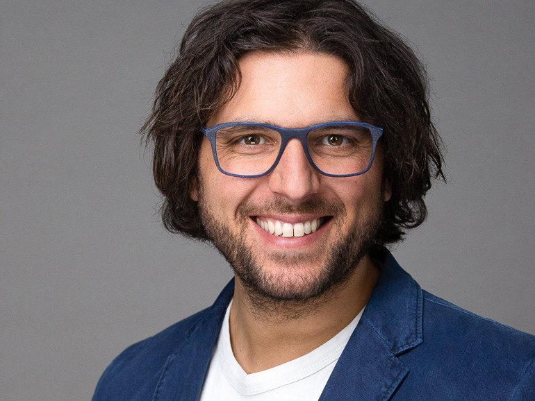 Headshot photography of a man with glasses in Hamburg © Photographer Carolin Thiersch