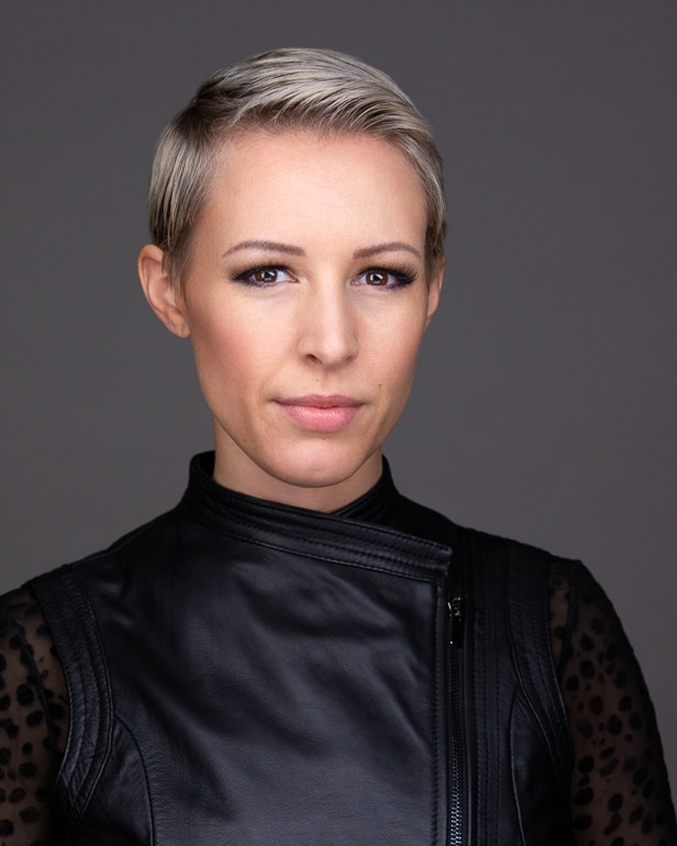 Portrait photography of a blond short-haired woman in black leather top in Hamburg © Photographer Carolin Thiersch